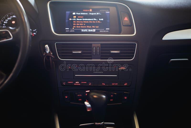 Fermez-vous du conduit d'état d'air dans une voiture moderne photos stock