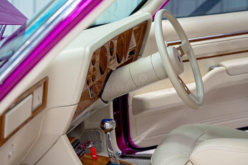 Fermez-vous du cuir crème intérieur de la voiture classique images libres de droits