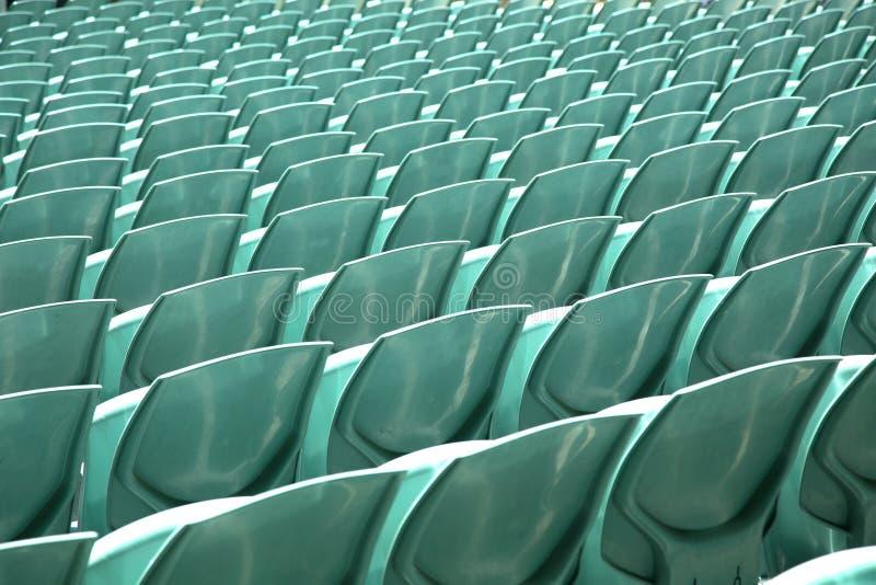 Fermez-vous du dos des sièges d'une arène de vert photo stock
