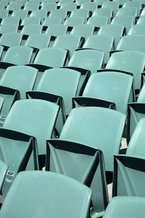 Fermez-vous du dos des sièges d'une arène de vert photos stock
