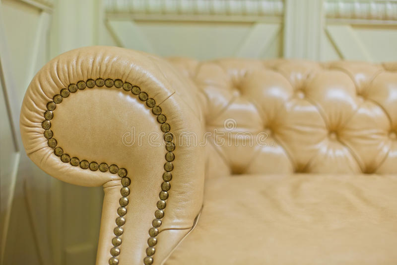 Fermez-vous du fauteuil brun pour des meubles photographie stock libre de droits