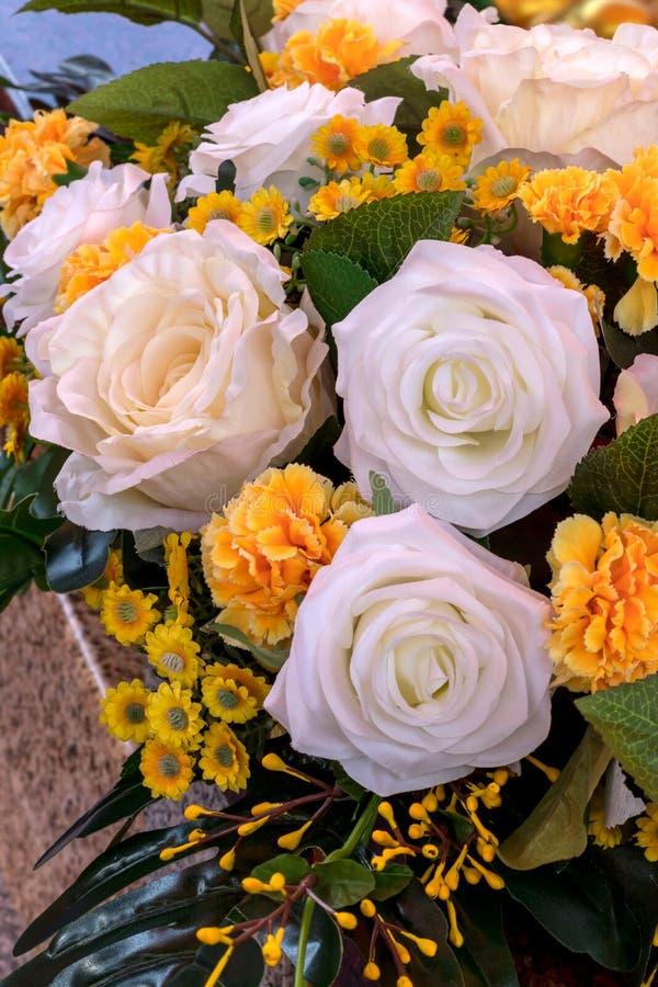 Fermez-vous du faux bouquet de roses blanches et jaunes photos stock