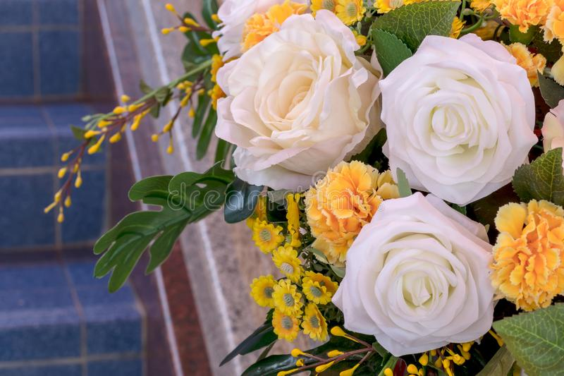 Fermez-vous du faux bouquet de roses blanches et jaunes images libres de droits