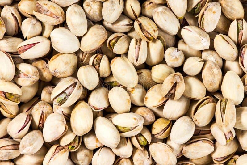Fermez-vous du fond frais de pistaches de sel photos stock