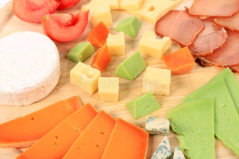 Fermez-vous du fromage et des tomates de varoius. photographie stock libre de droits