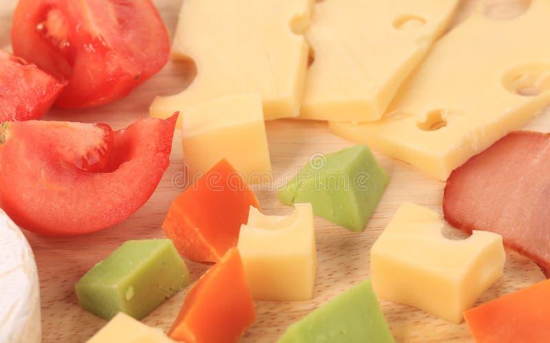 Fermez-vous du fromage et des tomates de varoius. photo libre de droits