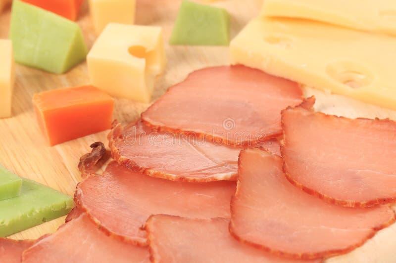 Fermez-vous du fromage et des tomates de varoius. images stock