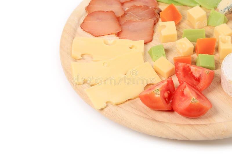 Fermez-vous du fromage et des tomates de varoius. image libre de droits