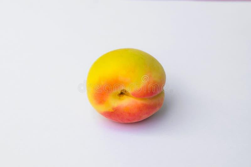 Fermez-vous du fruit frais d'apricort d'isolement photo libre de droits