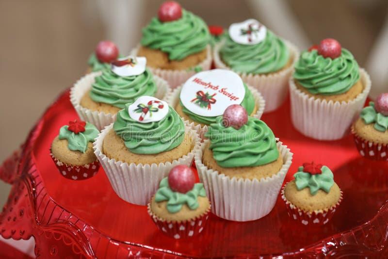 Fermez-vous du gâteau vert doux avec des fruits image libre de droits