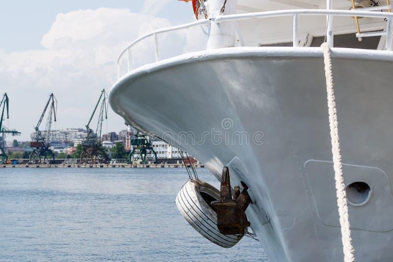 Fermez-vous du grand bateau avec le port industriel d'againt d'ancre et de corde avec des grues et du fond de docks à Varna, Bulg image stock