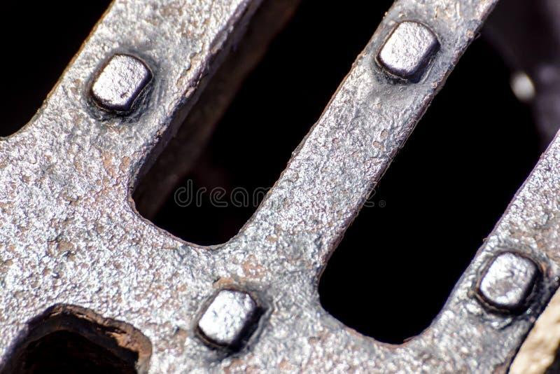 Fermez-vous du gril en métal de l'égout, modèle de la grille carrée, couverture de drain de trou d'homme dans la route bétonnée photographie stock