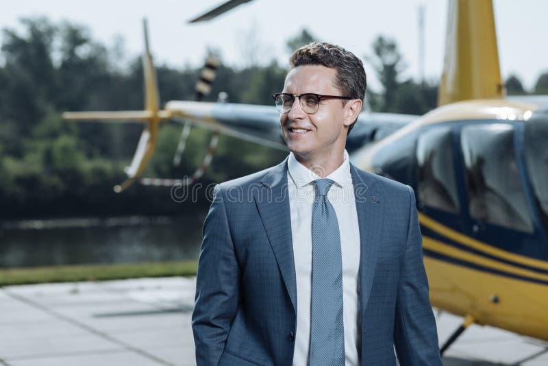 Fermez-vous du jeune exécutif pendant l'inspection d'héliport photos stock