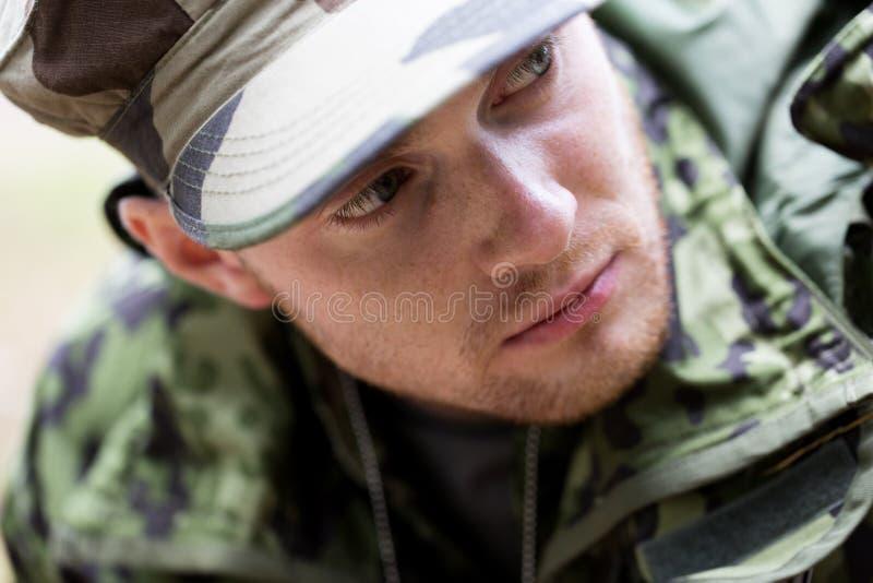 Fermez-vous du jeune soldat dans l'uniforme militaire image libre de droits