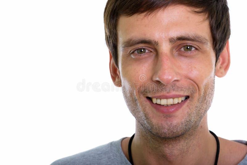 Fermez-vous du jeune sourire beau heureux d'homme photo libre de droits