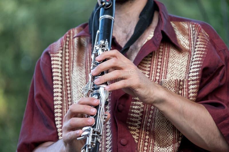 Fermez-vous du joueur de clarinette jouant à un concert de Klezmer de la musique de fusion juive en parc du ` s de régent à Londr images libres de droits
