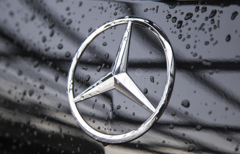 Fermez-vous du logo de Mercedes-Benz sur l'avant de voiture photo stock