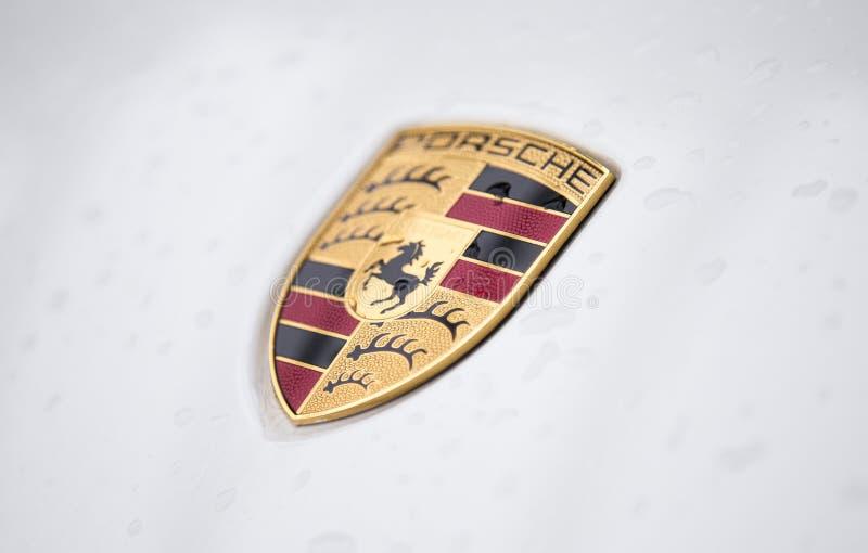 Fermez-vous du logo de Porsche sur l'avant de voiture photographie stock