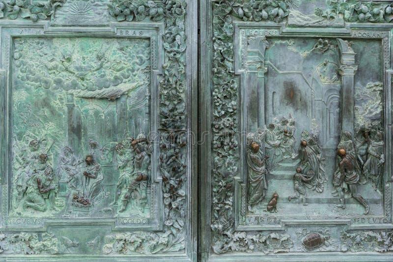 fermez-vous du métal antique en haut relief et de l'ornement sur la porte, photo libre de droits