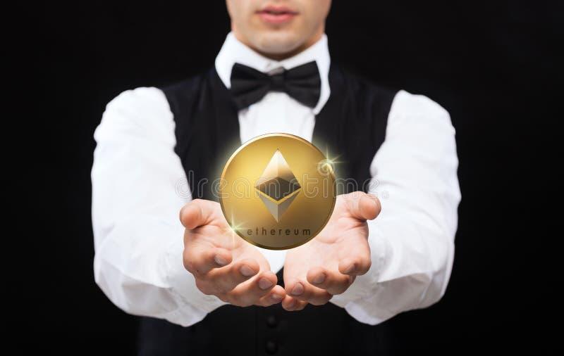 Fermez-vous du magicien avec la pièce de monnaie d'ethereum photographie stock libre de droits