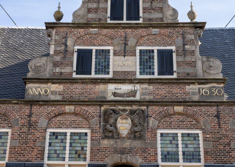 Fermez-vous du manteau des bras et de la pierre de pignon, hôtel de ville de De Rijp, Pays-Bas photo libre de droits