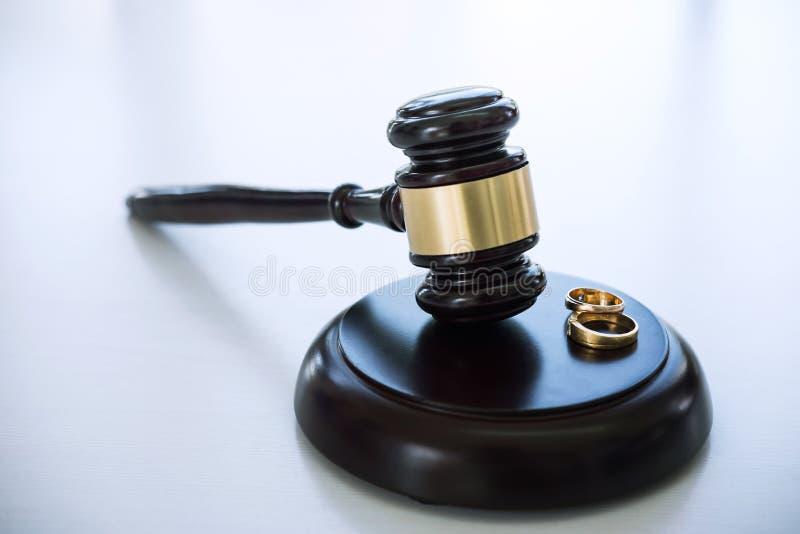 Fermez-vous du marteau de juge décidant du divorce de mariage et du gol deux photo stock