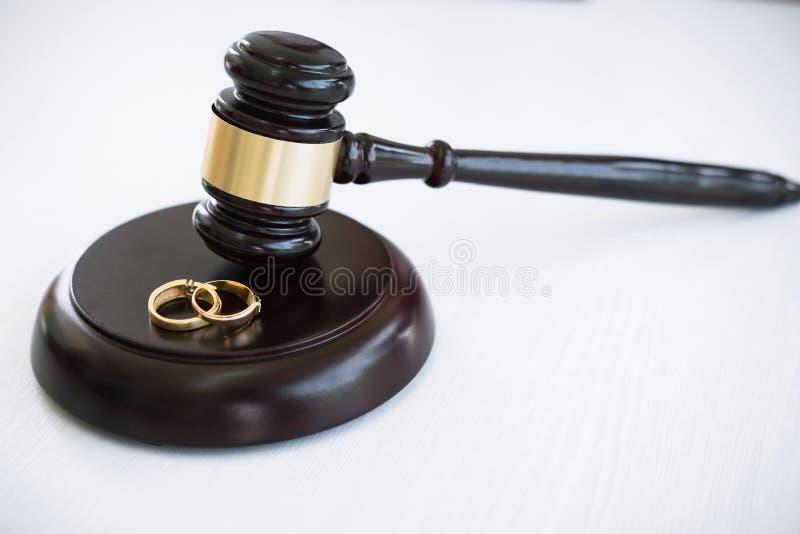 Fermez-vous du marteau de juge décidant du divorce de mariage et du gol deux images stock