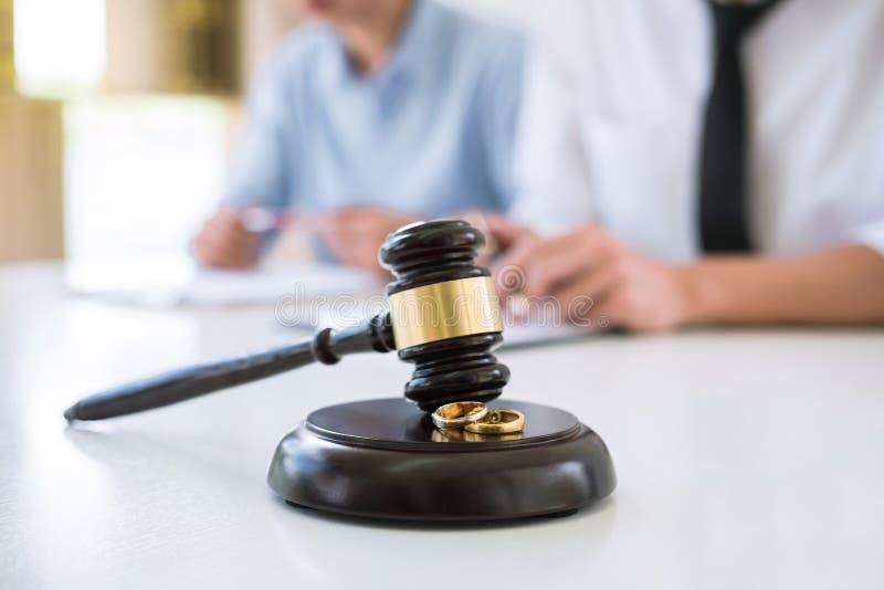 Fermez-vous du marteau de juge et de l'anneau d'or du mariage deux, le contrat d image libre de droits