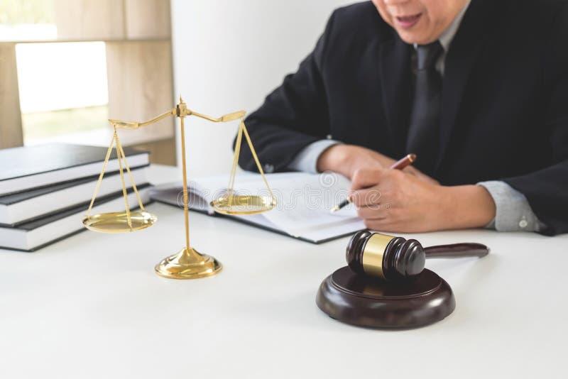 Fermez-vous du marteau, de l'avocat masculin ou du juge travaillant avec des livres de loi, image stock