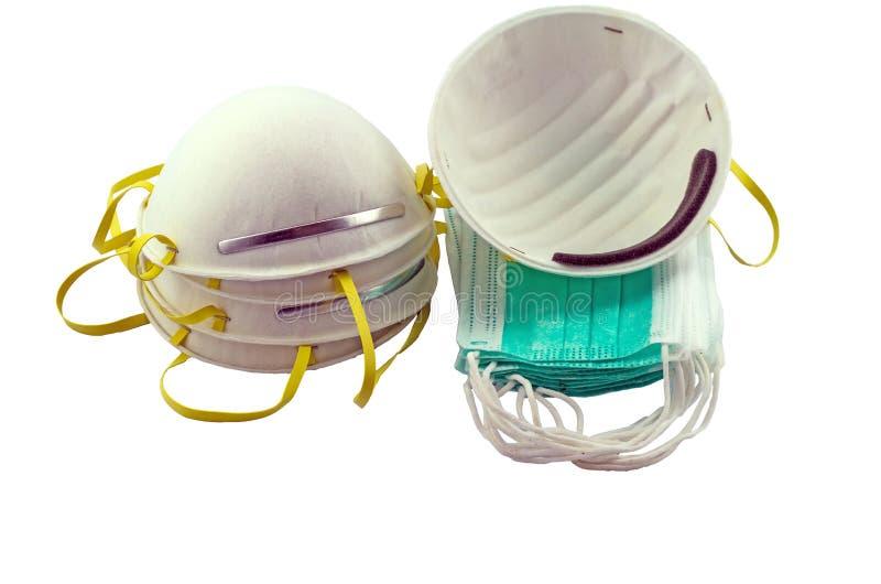 Fermez-vous du masque blanc et de la pile bleue de masque chirurgical sur le fond blanc photo libre de droits
