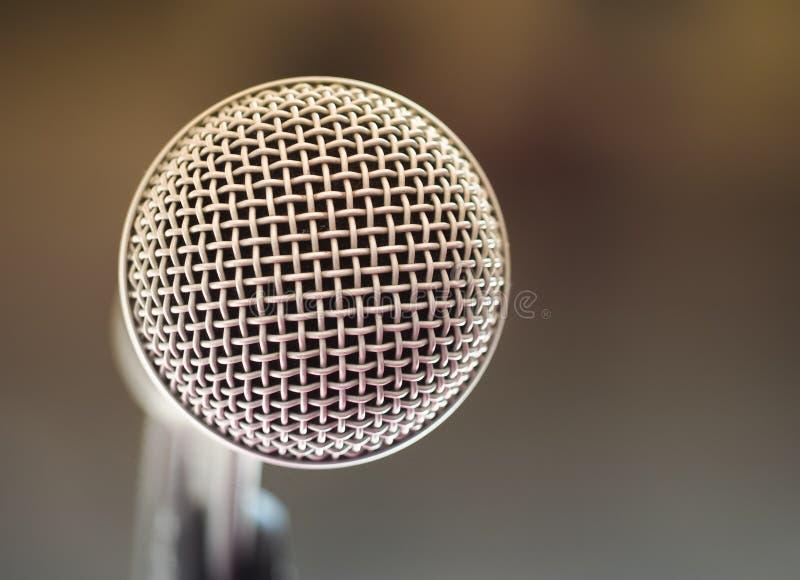 Fermez-vous du microphone dans la chambre de karaoke ou la salle de conférence image libre de droits