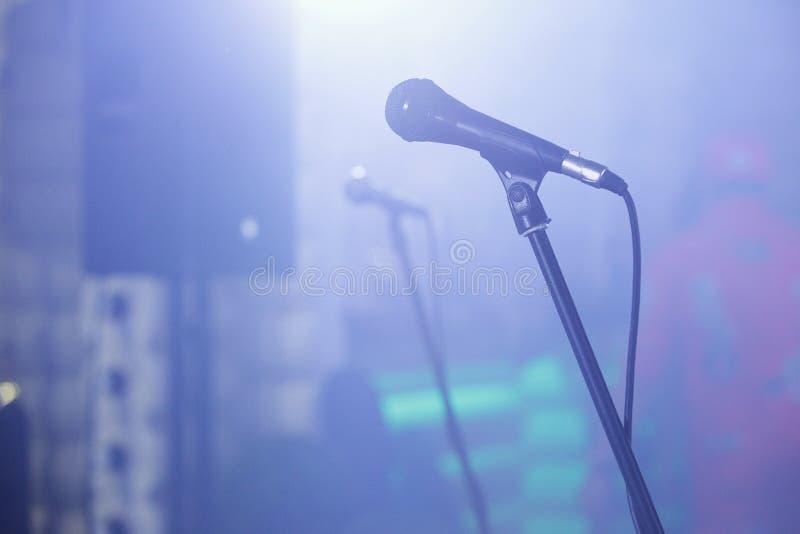 Fermez-vous du microphone de concert images stock