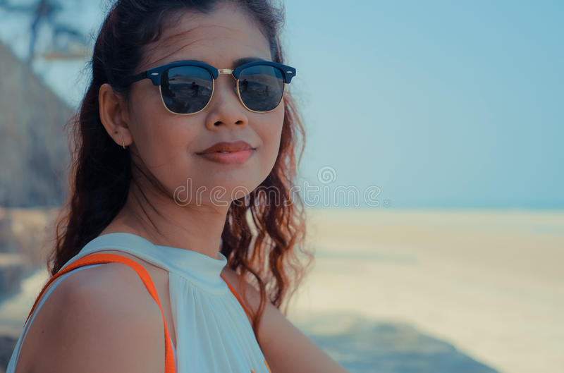 Fermez-vous du modèle sur la plage ensoleillée de la Thaïlande photo libre de droits