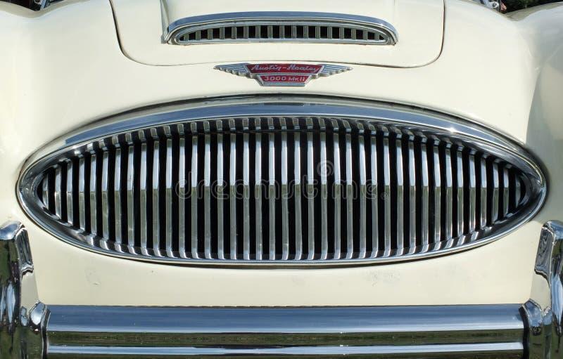 Fermez-vous du pare-chocs de gril de chrome et l'insigne d'une voiture de sport classique du healey 300 blancs d'Austin de cru à  photographie stock