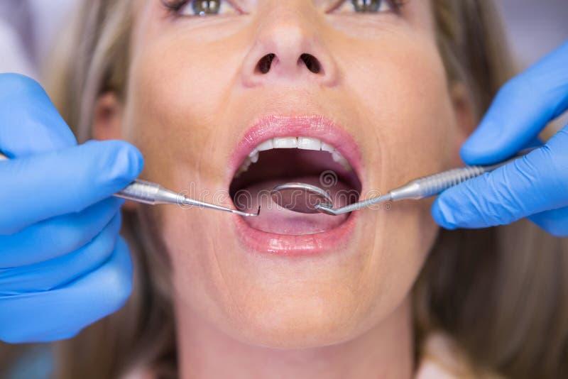 Fermez-vous du patient de examen de dentiste photo libre de droits