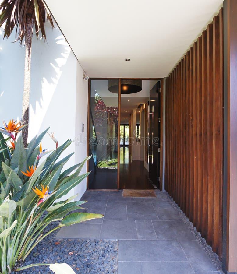 Fermez-vous du pavage d'entrée et de la maison de luxe d'entrée principale image stock