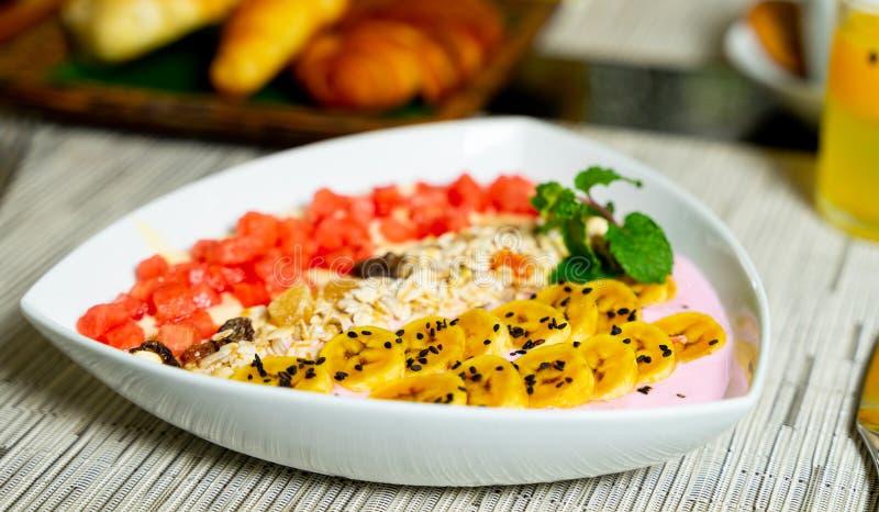 Fermez-vous du petit déjeuner sain a complété le fruit frais image stock