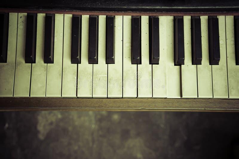 Fermez-vous du piano de clavier photographie stock