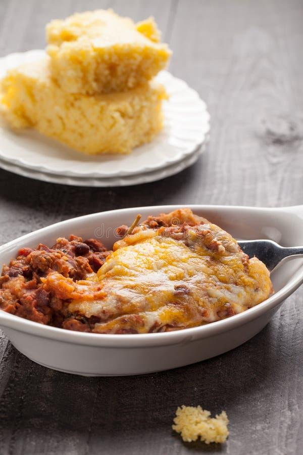 Fermez-vous du piment cuit au four fait maison avec le côté du cornbread photo stock