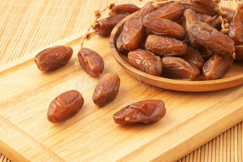 Fermez-vous du plam de dates de groupe Plam frais de dates sur le plateau en bois photo libre de droits