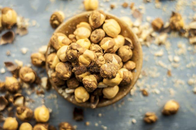 Fermez-vous du pois chiche/du channa ou de la Dalia cuit au four ou r?ti dans une cuvette sur une surface bleue photo stock