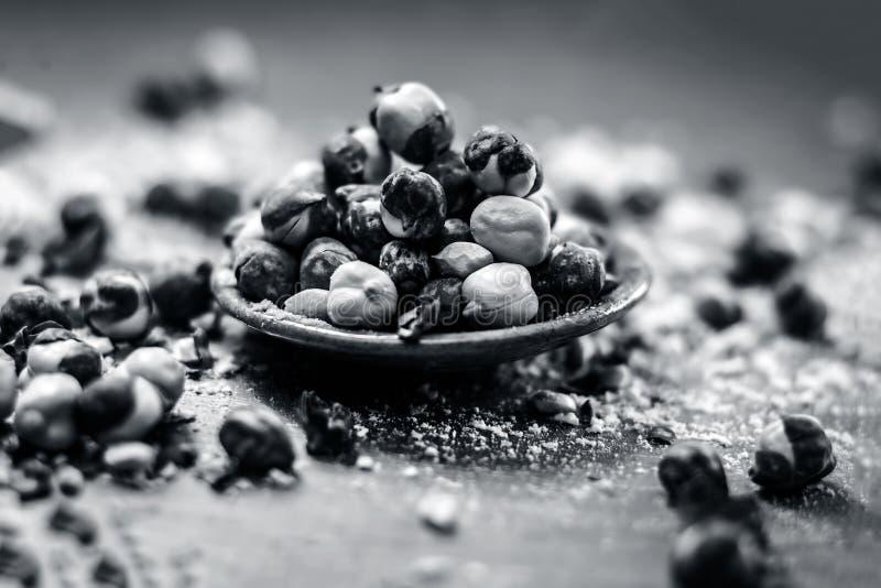Fermez-vous du pois chiche/du channa ou de la Dalia cuit au four ou r?ti dans une cuvette sur une surface bleue image libre de droits