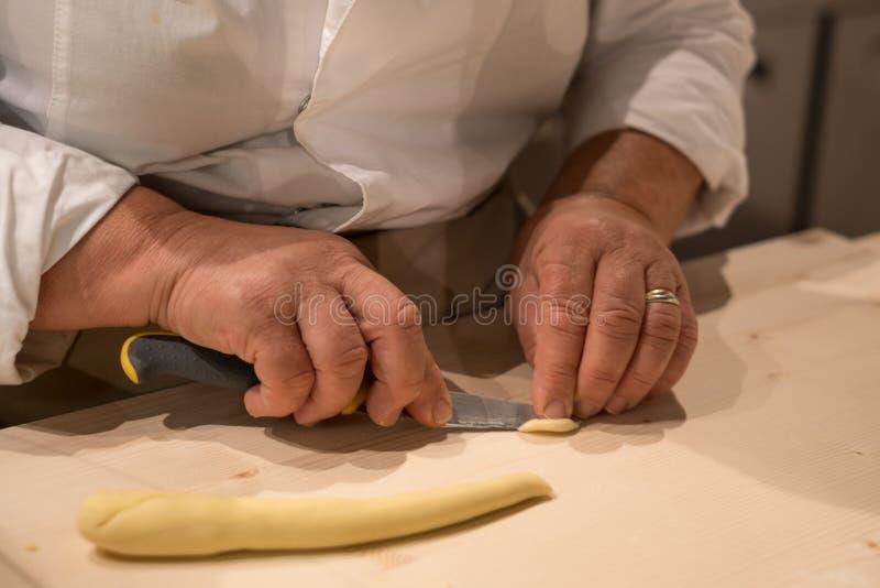 Fermez-vous du procédé de pastification La femme fait l'orecchiette, pâtes auriformes chez Eataly à Turin, Italie photo libre de droits