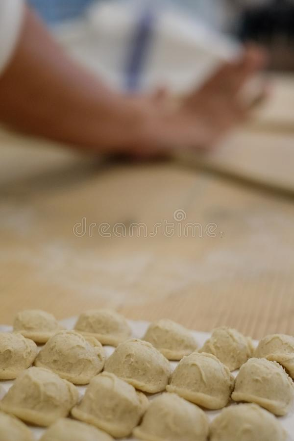 Fermez-vous du procédé de pastification La femme fait l'orecchiette, pâtes auriformes, traditionnelles à la région de la Puglia d images libres de droits