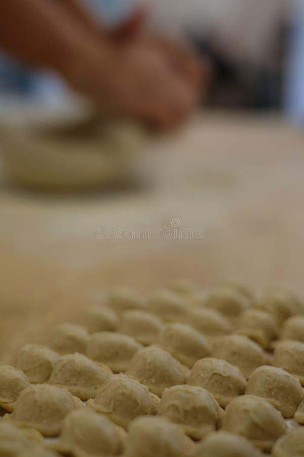 Fermez-vous du procédé de pastification La femme fait l'orecchiette, pâtes auriformes, traditionnelles à la région de la Puglia d photo libre de droits