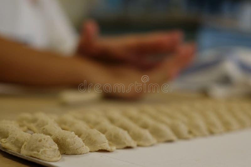 Fermez-vous du procédé de pastification La femme fait l'orecchiette, pâtes auriformes, traditionnelles à la région de la Puglia d image stock
