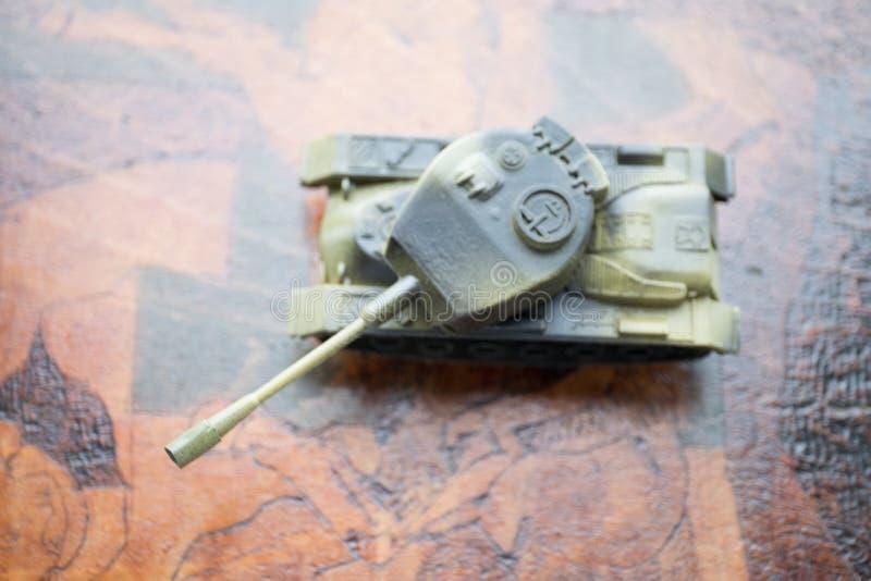 Fermez-vous du réservoir de militaires de jouet Foyer sélectif Concept de bataille ou de guerre photographie stock libre de droits