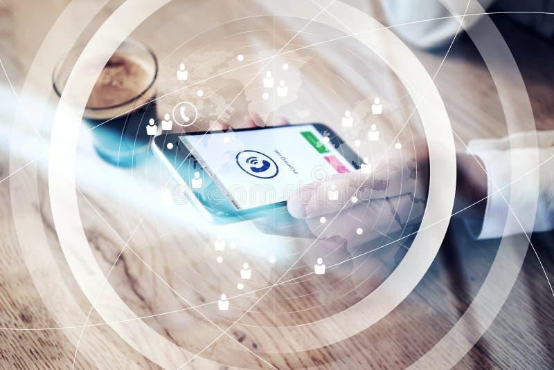Fermez-vous du smartphone générique de conception avec des icônes d'appel d'arrivée se tenant dans la main femelle Interface mond illustration libre de droits