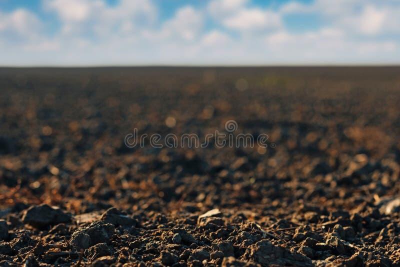 Fermez-vous du sol de terres arables récemment labouré images libres de droits