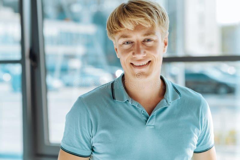 Fermez-vous du sourire beau joyeux d'homme photos stock